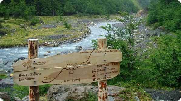 Placa indicando percurso durante a trilha