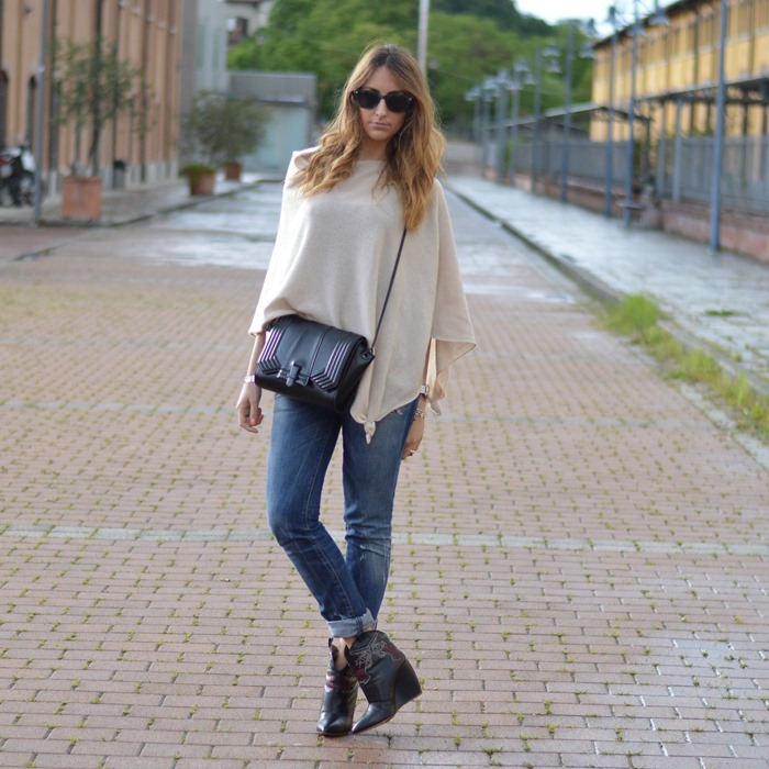 Poncho outfit, fashion blogger outfit, Italian fashion blogger, Diesel jeans, Rupert Sanderson