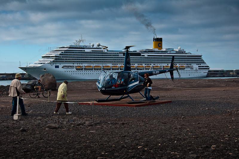День пятый. Фуншал. Costa Concordia. Мадейра. Круиз. А вот предприимчивые старички и старушки усаживаются в вертолёт для экскурсии над островом.