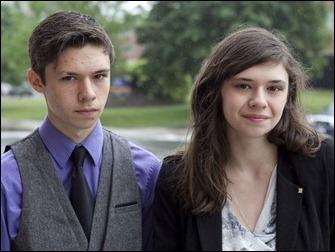 Nicole Maines e o irmão gêmeo Jonas