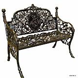 Aluminiowa ławka ogrodowa o bogatej ornamentyce.