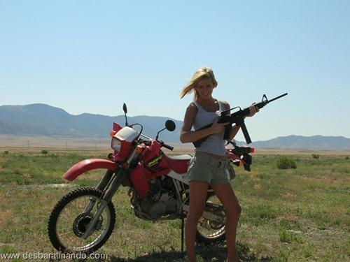 gatas armadas mulheres lindas com armas sexys sensuais desbaratinando (30)