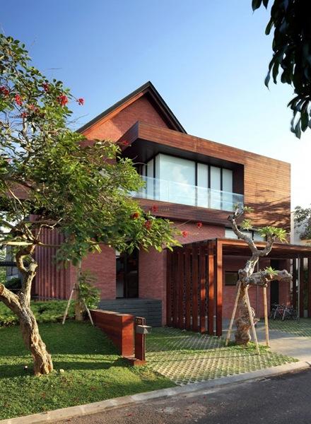 casa-con-fachada-de-ladrillo-visto-y-madera