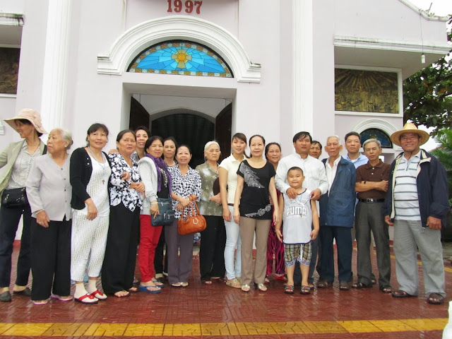 Phái đoàn hành hương giáo xứ Bùi Phát - Xuân lộc làm từ thiện