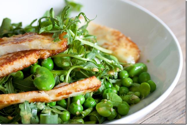 Luke warm Salad with fresh peas, broad peas and chaloumi (1 von 1)