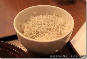 竹筴魚套餐所附的小魚飯,上面有滿滿的小吻仔魚乾,是小兒子的最愛。