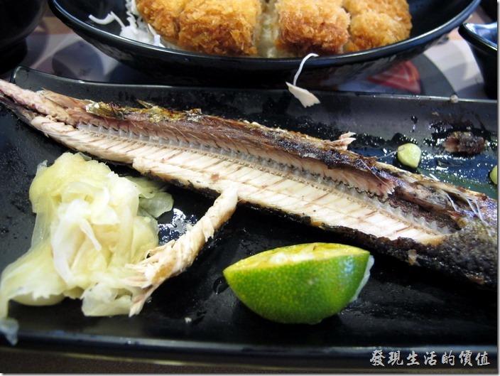 台南-定食8日式料理。風味雙盛定食,NT$180。這香烤秋刀魚的肉質不錯吃,沒有一般乾澀的感覺,有一定的水準,旁邊還有生薑佐味。