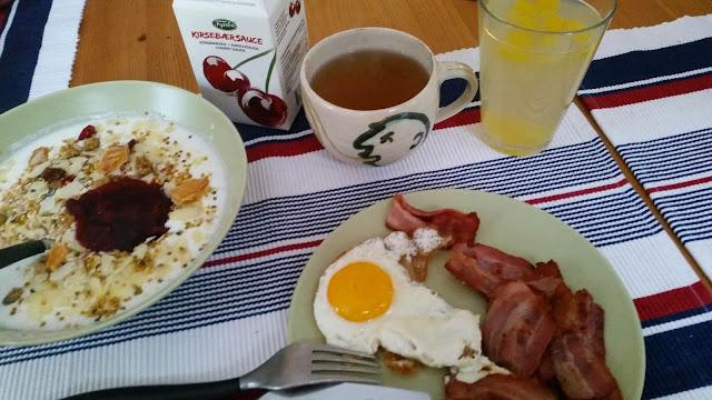 Kefirmælk med musli, tørret frugt, pollen og kirsebærsovs. Te og kefirvand med mango, og sidst men ikke mindst bacon og spejlæg. Mums. Så var der vist grundlag for at få en god dag.