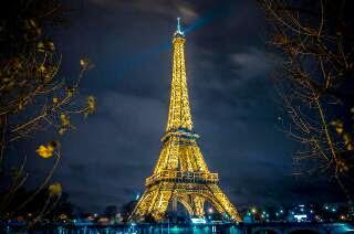 merupakan mercu tanda kota paris