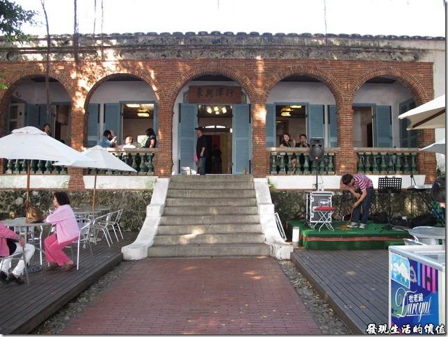 台南-德商東興洋行古蹟。東興洋行的建築座東朝西,僅有一層樓高,但由於鄰近海邊,所以下方使用咕咾石堆砌墊高以為基座,並在基座開有通風口以防潮害,其面寬有七開間,中間的五開間為磚造的拱圈,而最外面的兩開間則是開有兩扇長窗的白牆。拱廊的欄桿則使用綠釉花瓶飾,是中國陶藝與西方花瓶欄桿形式的結合。