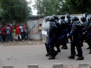 A gauche, des électeurs fuyant la charge de la police le 28/11/2011 devant l'école Lumumba à Kinshasa, lors du vote d'Étienne Tshisekedi. Radio Okapi/ Ph. John Bompengo