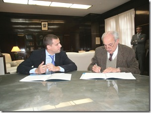 Juan Pablo de Jesús junto a Carlos Rosito en la firma de convenio de cooperación técnivo-científica y académica