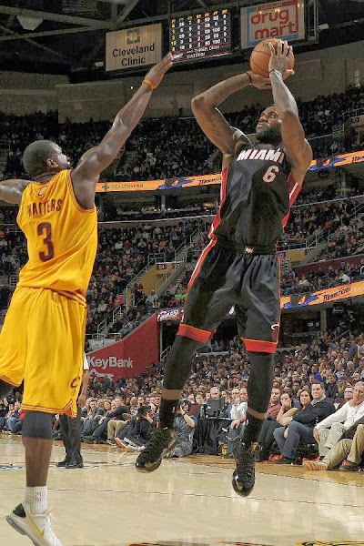 lebron james nba 131127 mia at cle 12 LBJ Wears Away 11s and... Goes Back to Elite 10s, Again!