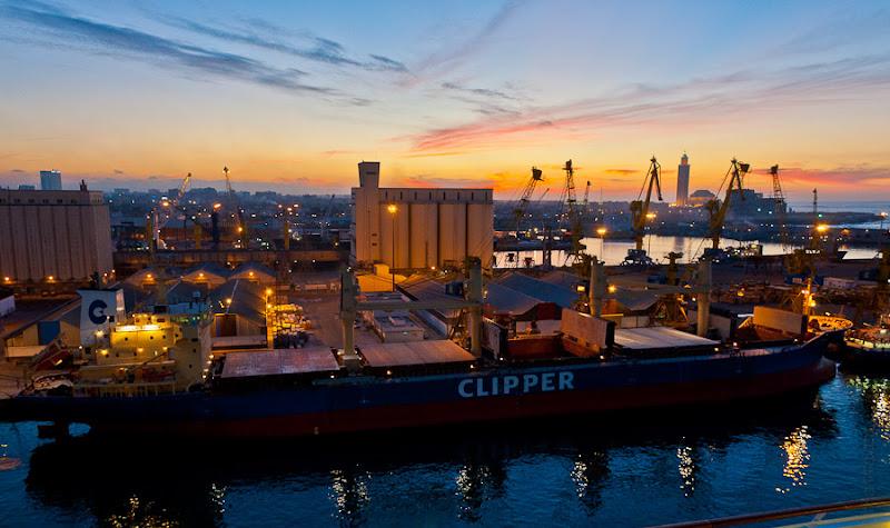 Третий день. Casablanca. Morocco. Круиз. Costa Concordia. Совершенно фантастическое зрелище заката и романтическое название сухогруза.