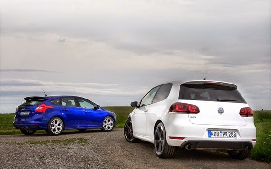 2013-Ford-Focus-ST-vs-2012-Volkswagen-GTI-parked