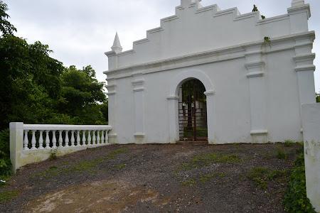 obiective turistice India: veche biserica abandonata langa Fort Aguada Goa
