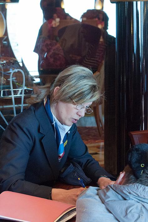 11. Рита распродаёт билеты на экскурсию по служебным помещениям лайнера. Октоберфест в феврале на Costa Concordia.