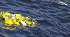 Fiori in mare per i migranti
