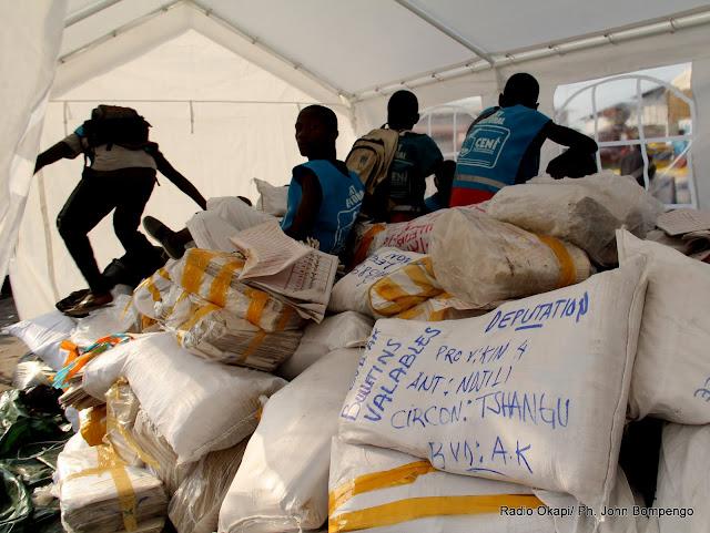 La manutention des bulletins de vote au centre de compilation le 2/12/2011 à l'enceinte de la foire internationale de Kinshasa, provenant des élections de 2011 en RDC. Radio Okapi/ Ph. John Bompengo