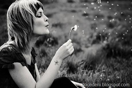 mulher soprando flores