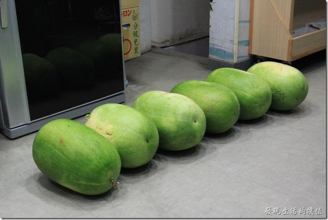 台南-裕成水果店。地上還有大西瓜列隊,這其實是店內人員剛剛從紙箱包裝拆出來的西瓜,先排列再地上準備做進一步處理。