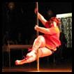 Mulher de 114 kg participa de competições de pole dance