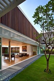 fachada-casa-persianas-madera-vertical