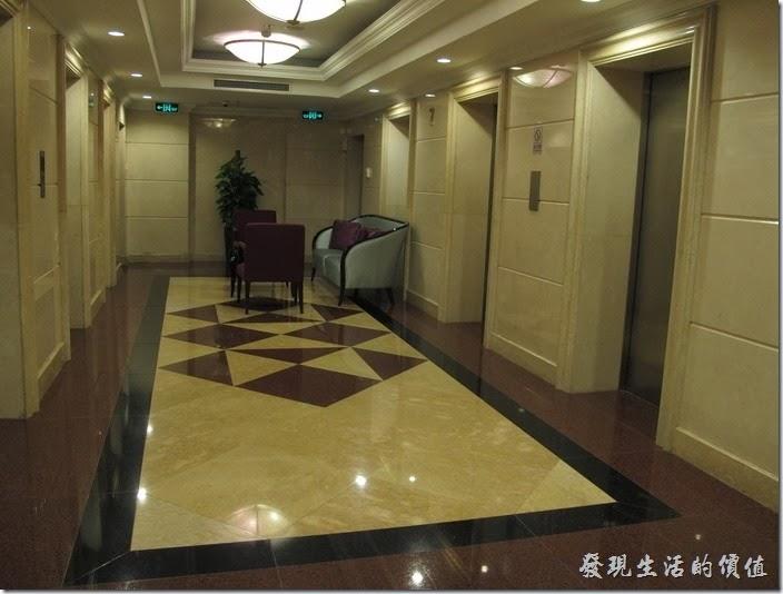 上海-齊魯萬怡大酒店。客房樓層的電梯,客房其實作成一個圓圈,電梯放在中間,但是電梯處只有一個出入口,所以第一次繞了一大圈才回到坐電梯的地方。客房樓層的電梯,客房其實作成一個圓圈,電梯放在中間,但是電梯處只有一個出入口,所以第一次繞了一大圈才回到坐電梯的地方。