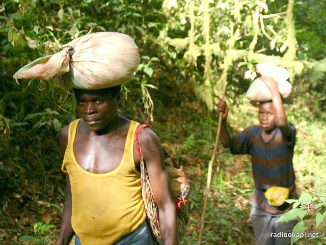 Hommes transportant des sacs de cassitérites de mines vers Bukavu, 2006.