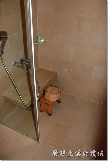 南投日月潭-雲品酒店。淋浴間採乾濕分離,還有日是的小木桶極小凳子讓房客沖水用,沖過水就可以來泡澡了。