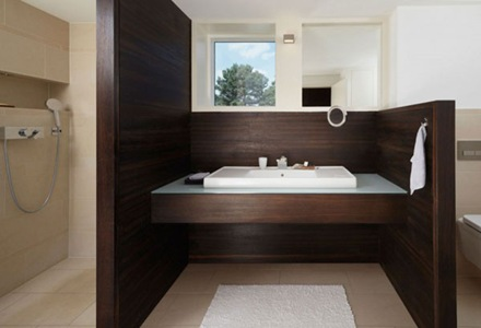 baño-revestido-de-madera