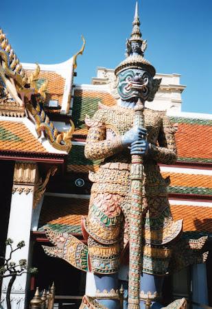 Obiective turistice Thailanda: statuie palatul regal Bangkok
