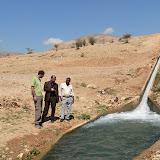 Source de Auja avec le représentant de lONG Friend of the Earth en Palestine et le maire de la commune