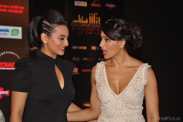 Sonakshi Sinha Hot in Black Short Dress Pics 7