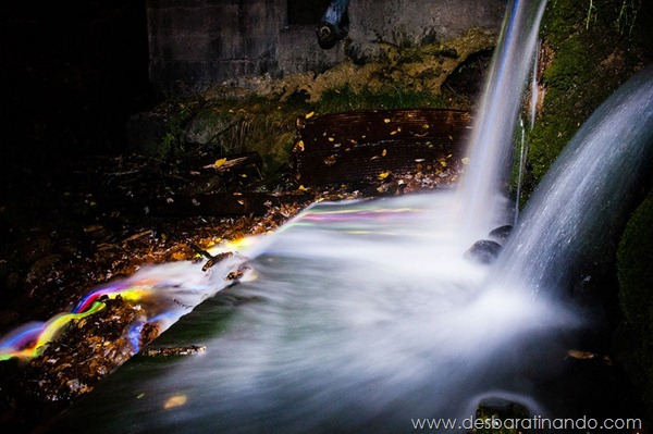 glow-sticks-dropped-into-waterfalls-lenz-abildgaard-arco-iris-luz-cachoeira-desbaratinando (5)