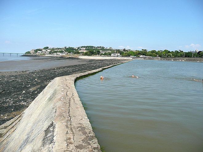 Бетонные заграждения, удерживающие воду в бассейне в ожидании времени прилива