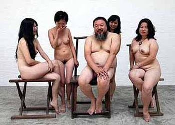 AiWeiwe artista cinese posa con donne a Pekino2011