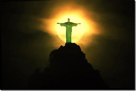 180801_1.tif. Vista noturna mostra lua cheia atr‡s do Cristo Redentor, um dos poucos monumentos do Rio de Janeiro que n‹o sofreram com os cortes de ilumina‹o pœblica em raz‹o do racionamento de energia elŽtrica; a prefeitura considera a est‡tua o simbolo da cidade.