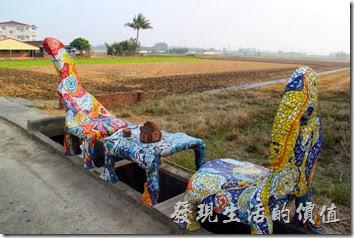 台南-土溝村(卡通造型椅子)。這種卡通造型的椅子與茶几總共有兩組,上面還有磚頭作成的茶壺及杯子。