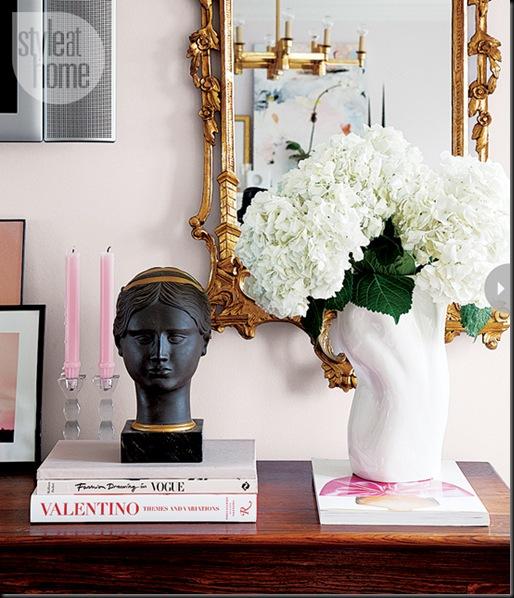espejo dorado jarrón blanco flores