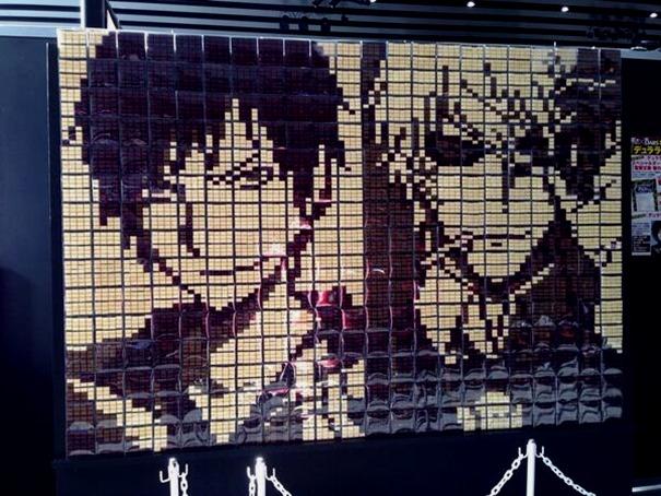 Mural feito de chocolates DARS durante o evento Dengeki Game Festival