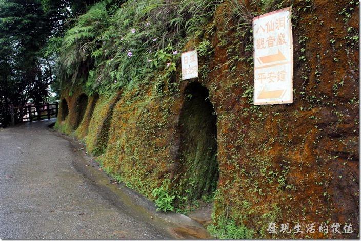 日式防空洞,在觀音巖旁有一處日據時期所構築的防空洞,總共由五座山洞組成,擠一擠面積約可容納百人左右,現在開放觀光,可以尋幽探訪。