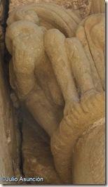Curioso personaje desnudo en la entrada del castillo de Loarre - Huesca