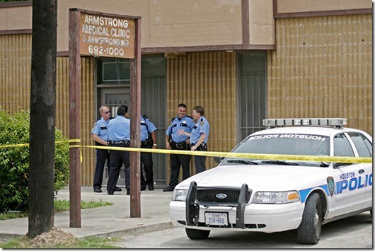 Houston police stand outside the Armstrong Medical Clinic in Houston...Houston police stand outside the Armstrong Medical Clinic where Drug Enforcement Agents (DEA), Los Angeles police detectives and Houston uniformed officers carry out a search warrant against Conrad Murray, the doctor who was with pop icon Michael Jackson when he died, in Houston July 22, 2009. REUTERS/Richard Carson (UNITED STATES ENTERTAINMENT CRIME LAW)