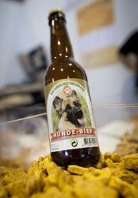 A cerveja canina é uma das atrações da feira canina de Frankfurt (Foto: Frank Rumpenhorst / AFP)