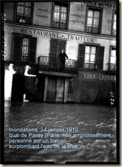 Inondations, 24 janvier 1910, quai de Passy Paris, 16e arrondissement, personne sur un balcon surplombant l'eau de la crue