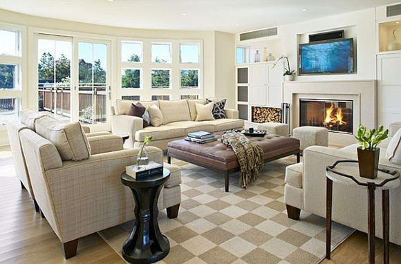 Vida confortable decoración de la habitación con chimenea y colores brillantes