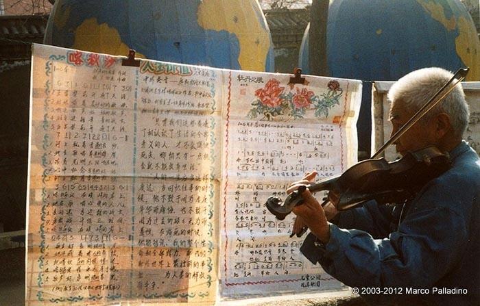 Anziano suonatore di violino in un parco pubblico a Pechino