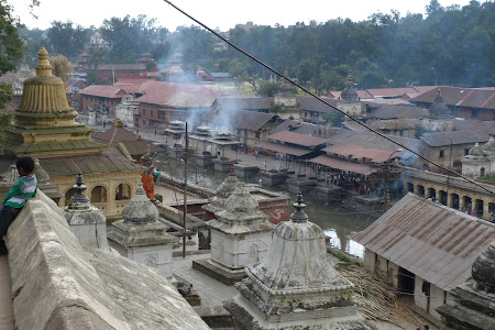 Incinerare hindusa la Pashupatinath
