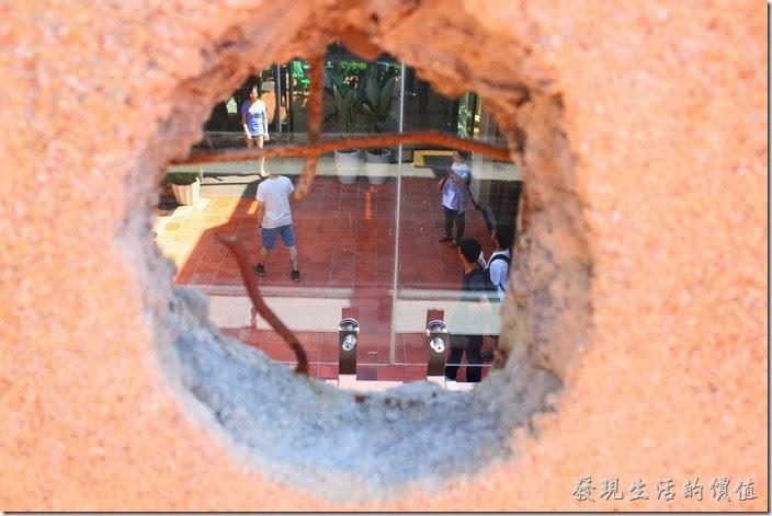 這就是台南林百貨頂樓當年二戰時期美軍轟炸時被特地保留的遺跡─彈孔。